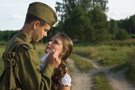 ragazza innamorata: Soldato sovietico in uniforme della seconda guerra mondiale dire addio alla ragazza Archivio Fotografico