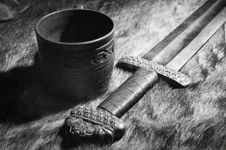 vikingo: Todav�a vida con la espada vikinga y Stein en una piel