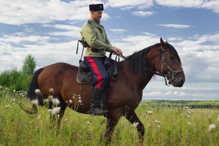 cavalryman: Rusia WWI uniformado cosaco inspecci�n de la frontera a caballo