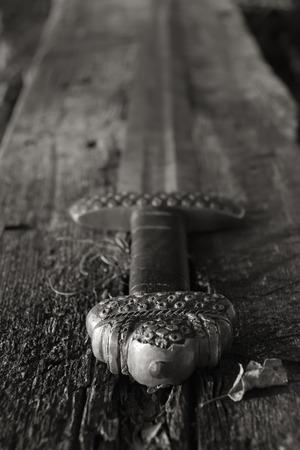 vikingo: S�mbolo de la Guerra. Espada medieval vikingo contra una pared de madera