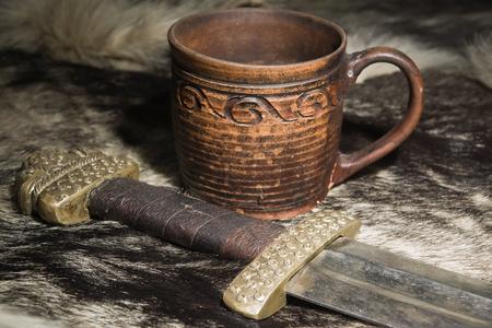 vikingo: Todavía vida con la espada vikinga y Stein en una piel