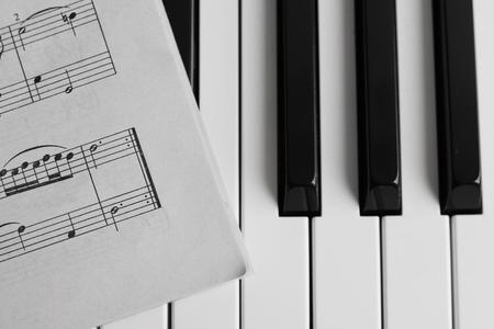piano: Llaves del piano Primer monocromo. Enfoque selectivo
