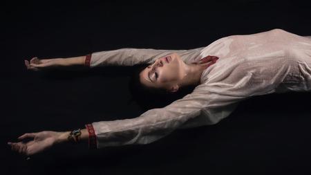 ahogarse: mujer joven se ahogan fantas�a. Escena de la noche misteriosa. Foto de archivo