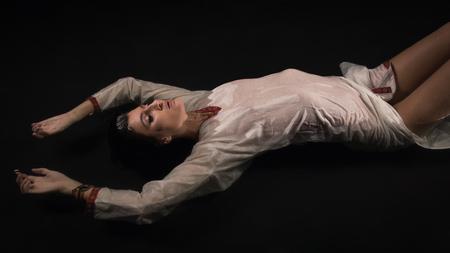 ahogarse: mujer joven se ahogan fantasía. Escena de la noche misteriosa. Foto de archivo