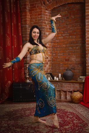 Schöne traditioneller weiblicher Tänzer. Orientalische Tänzerfrau. Bauchtanz.