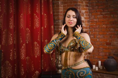 bailarinas arabes: bailarina tradicional hermoso. Mujer oriental del bailarín. Danza del vientre.