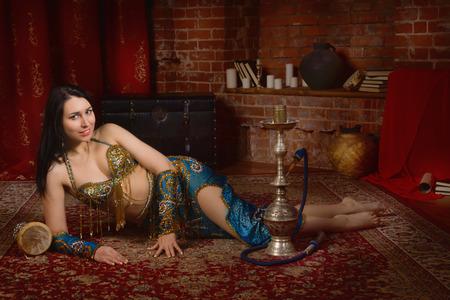bailarinas arabes: bailarina tradicional hermoso. Mujer oriental del bailar�n. Danza del vientre.