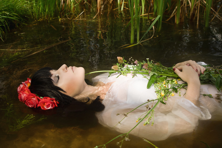 ahogarse: Joven mujer se ahogan en una representación poética.