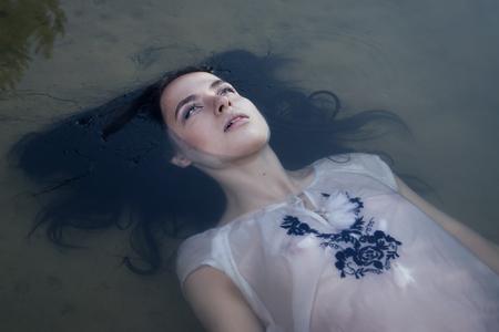 to drown: Joven mujer se ahogan en una representaci�n po�tica.
