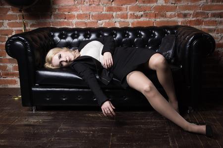 Tatort (Nachahmung). Strangled Geschäftsfrau schwarzen Anzug in einem Büro gekleidet Standard-Bild - 76857156