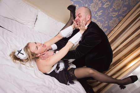 Sexual chambermaid bothers the guest who reads the newspaper. He angrily attacks her and strangles her.