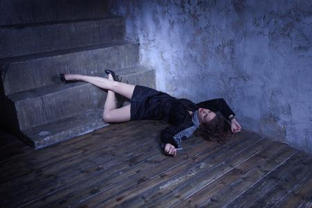 Noir Filmstil. Tatort mit erwürmten Retro Stil Mode Frau in einem dunklen Ort Standard-Bild - 81481088