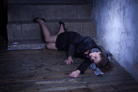 Noir Filmstil. Tatort mit erwürmten Retro Stil Mode Frau in einem dunklen Ort Standard-Bild - 81616420