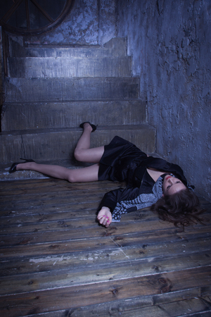 Noir film style. Crime scene with strangled retro styled fashion woman in a darkplace Imagens