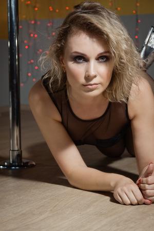 Sexy blonde woman exercise pole dance in a gym Zdjęcie Seryjne