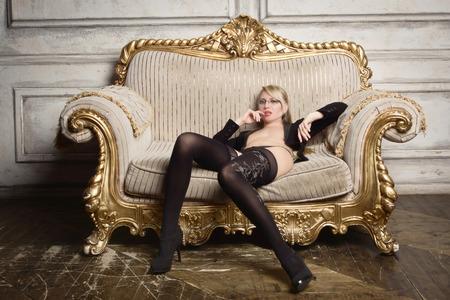 Sexy halbnackte Frau in Gläsern und Business-Anzug. Erotisches Konzept Standard-Bild - 93130981