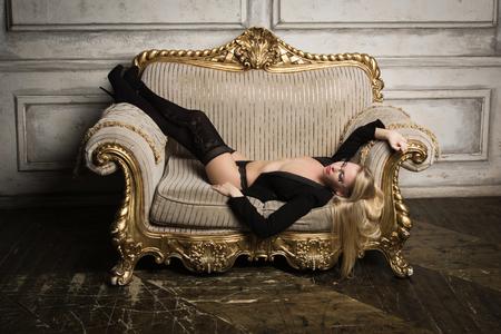 Sexy halbnackte Frau in Brille und Anzug. Erotisches Konzept Standard-Bild - 93222277