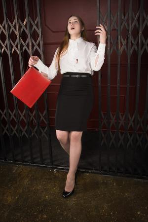 Tatort . Business-Frau schoss in der Brust im alten Aufzug Standard-Bild - 94188842