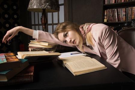 Tatort (Nachahmung). Erwürgter Student im klassischen Bibliotheksraum Standard-Bild - 93860214