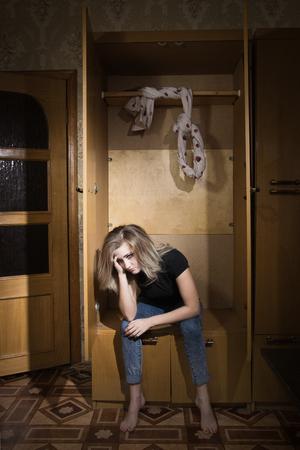 自殺。若い女性は絞首刑に処せられる
