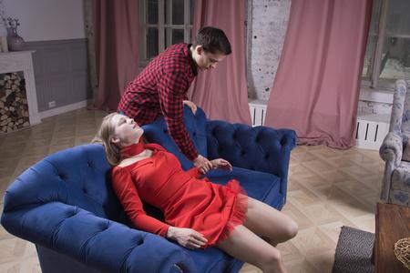 Drame procédural. L'homme découvre le cadavre d'une jeune femme
