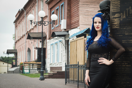 Rock fashionable girl with blue hair on a city street Stockfoto