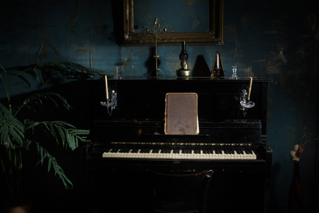 Luxurious interior in the vintage style with old piano 免版税图像