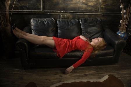 Mujer de negocios hermosa estrangulada en un dormitorio. Simulación de la escena del crimen.