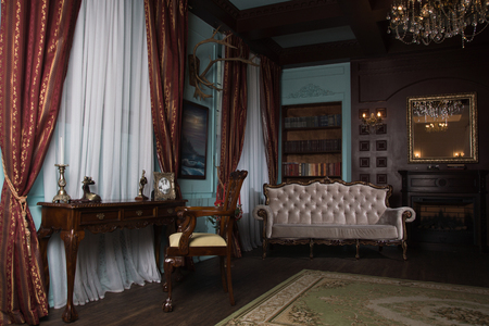Salle de bibliothèque classique avec de vieux livres sur des étagères de style victorien