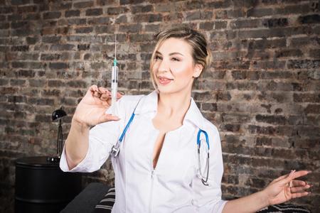Jeune infirmière avec une seringue jetable