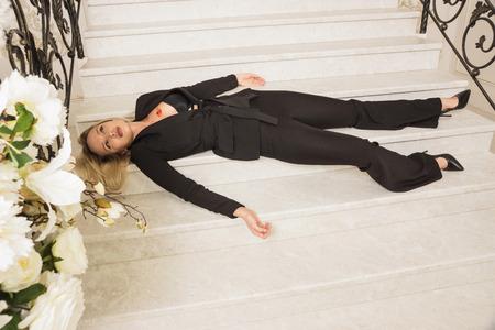 Scena del crimine. Donna d'affari colpita a morte sulle scale di lusso Archivio Fotografico
