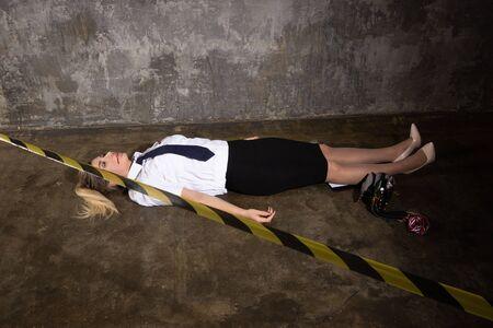 Imitation de scène de crime. Officier de police de femme morte allongé sur un sol