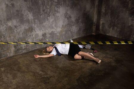 Imitazione della scena del crimine. Agente di polizia morto sdraiato sul pavimento Archivio Fotografico