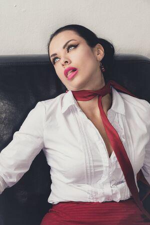 Escena del crimen (imitación). Mujer de negocios estrangulada acostada en el sofá