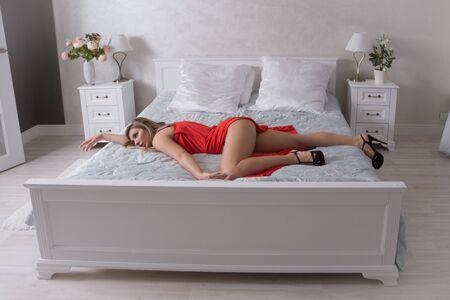 Belle femme étranglée dans une chambre. Simulation de la scène de crime.