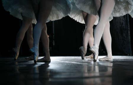 ballet ni�as: La bailarina durante la ejecuci�n del baile, coreograf�a de rendimiento de cuerpo