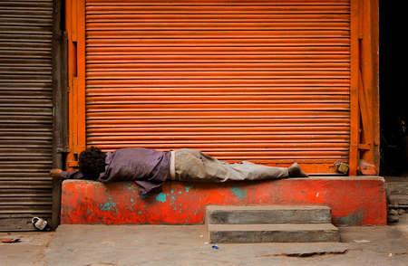 vagabundos: El pobre hombre durmiendo en la calle al aire libre, India, Delhi.