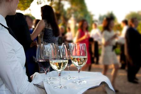 Professionele catering service waar drankjes aan de gasten