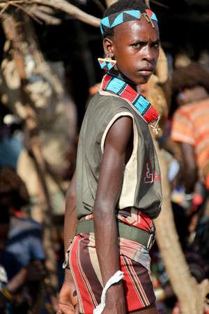 TURMI, Vallée de l'Omo, ETHIOPIE - 19 novembre 2011: Unidentified femme Hamar au marché du village. Les marchés hebdomadaires sont des événements importants dans la vie tribale vallée de l'Omo. Banque d'images - 34686717