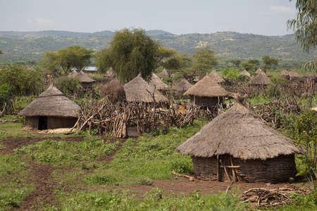 paisagem: Vista de uma aldeia Africano com pequenas cabanas