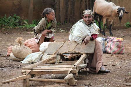 daily routine: AWASSA, ETIOP�A - 26 de noviembre de 2011. mujer et�ope no identificado con la hija en sus actividades de rutina diaria.