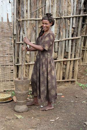 daily routine: AWASSA, ETIOP�A - 26 de noviembre de 2011. las mujeres et�opes no identificados en sus actividades de rutina diaria.