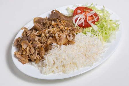 Plaat met Kebab en rijst op wit wordt geïsoleerd