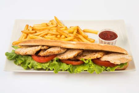 Sándwich de pollo, queso y patatas fritas doradas