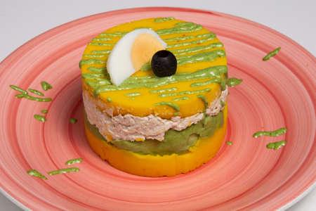 Causa limena plato de pollo tradicional de la cocina peruana en el restaurante.