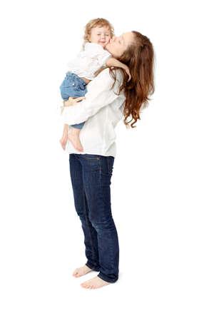 bacio: Ritratto della famiglia felice allegra. Madre e bambino baciare, ridere e abbracciare. clima giocoso