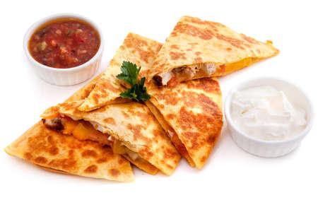 Vijf stukken Mexicaanse quesadilla's met kaas, twee sausen en salsa die op wit worden geïsoleerd Stockfoto - 56600978