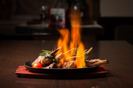 under fire: Juicy Prime rib asado con hierbas bajo el fuego