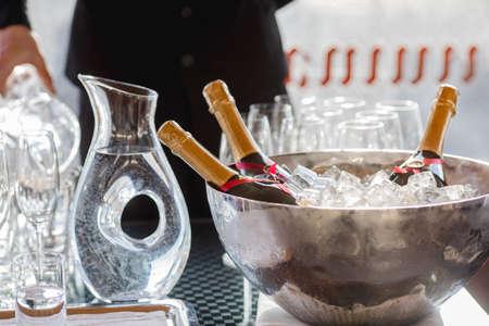 Drie wijnflessen koelen in ijsemmer Stockfoto