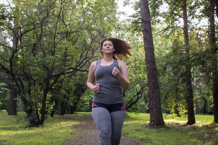 Donna in sovrappeso in esecuzione. Concetto di perdita di peso